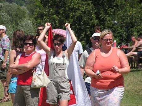 """Najdôležitejší """"fanúšik"""" na brehu, Radova manželka Zuzana so slovenskou zástavou v rukách. A netreba pripomínať, snáď len pre tých ozaj slepých, že nebola sama, kto držal Radovi palce. A nemám tým na mysli okolo idúcich členov rodiny....áno, už je to jasné, Rado bude otcom a rodinka sa rozrastie. Blahoželáme a držíme palce!"""