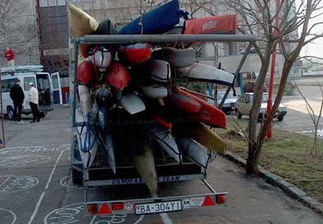 Po chvíľke intenzívneho hmýrenia bol vlek pripravený a lode naložené.