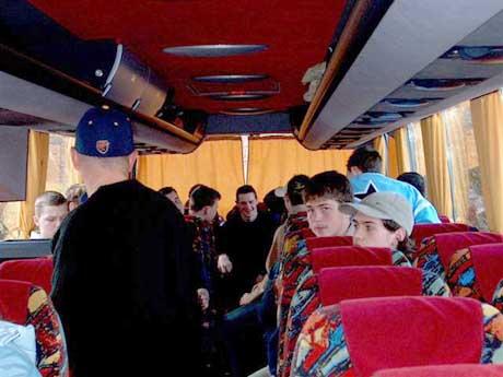 V zadnej časti autobusu už beží zábava a veselá debata na plné obrátky.