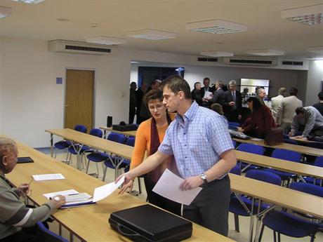 Začiatok rokovania VH SZRK...posledné prípravy, v pozadí sa schádzajú prví hostia.
