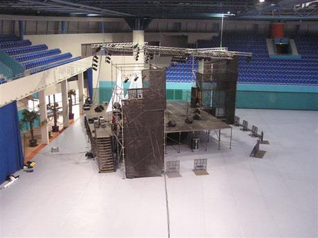 Zatiaľ čo kanoisti rokovali v sále 3 Národného Tenisového Centra, na jeho ploche vyrástlo pódium pre večerný benefičný koncert na pomoc obetiam Tsunami. SOS Ázia je stále aktuálne... <a href=http://www.clovekvohrozeni.sk target=_blank>www.clovekvohrozeni.sk</a>