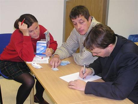 Členovia volebnej komisie pri počítaní hlasov jednotlivým kandidátom, dráma vrcholí...