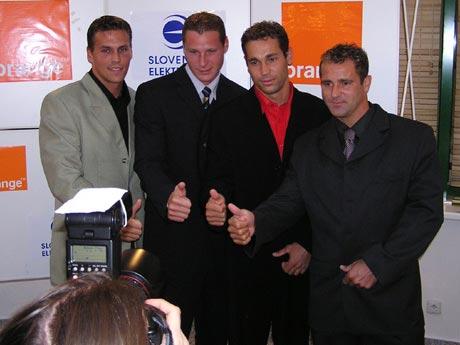 Úsmev prosím, chlapci z K4 pózujú pre potreby profi fotografov. Práve oni si vyžiadali tie vztýčené palce ako symbol úspechu.