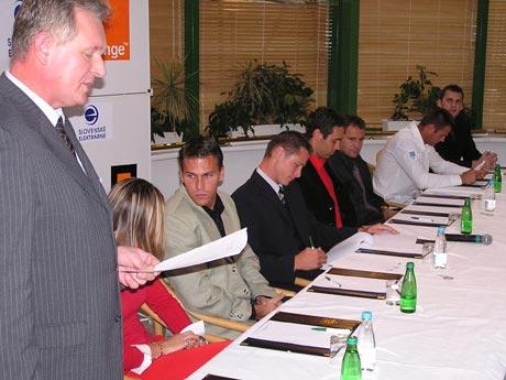 Tlačovka začína, úspešní olympionici za predsedníckym stolom, celkom vzadu generálny sekretár zväzu Boris Bergendi.