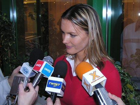 Prekvapila ma aj vysoká kolegialita jednotlivých novinárov, keď v pohode sa dávali dohromady traja štyria z konkurenčných rádií a nastavovali spoločne svoje logom označené mikrofóny. Marcela Erbanová v jednom takom hlúčiku.