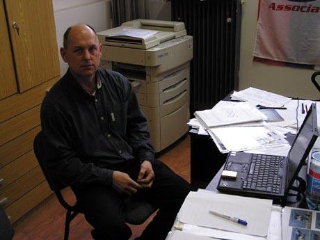 Na stôl si doniesol notebook a k nemu svoju pre neho typickú kopu papierov a fotografií... rozhovor mohol začať.  Foto: autor.