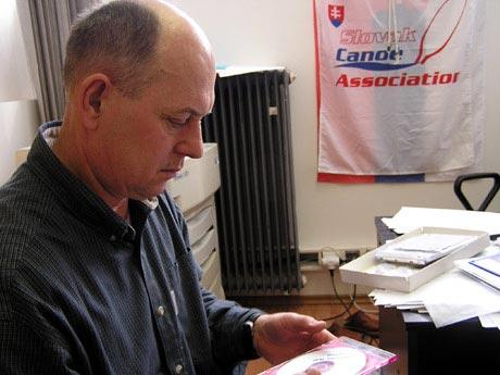 Tréner musí vedieť spracovať a vyhodnocovať informácie... P.Blaho nad svojimi CD s fotkami.