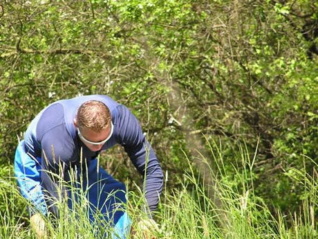 Čo asi hľadá Erik Vlček v tráve ? Uhádnite... Táto fotka sa mi páči.