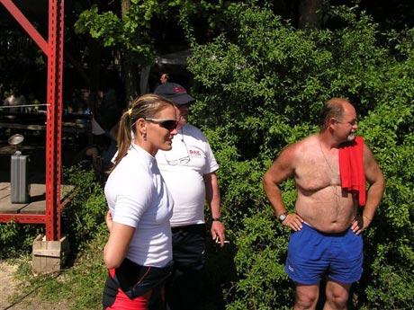 Marcela krátko potom ako Ľubovi Hagarovi vysvetlila, prečo ju Ivana porazila. Nevydaril sa mi štart... Medzi nimi stojí Láďo Krasický, bývalý tréner v Novákoch.
