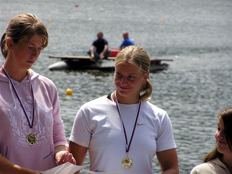 Radka Kubalová s parťáčkou Lenkou Doubravovou na stupňoch víťazov vo Zvolene.
