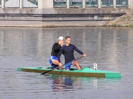 Poliak-Marsal tesní víťazi v kategórii C2 ml.dorci. Ale inak suveréni tejto kategórie a úspešní pretekári aj na medzinárodnom poli. A to ešte minulý rok na Zelenej vode skončili na 3.mieste so stratou takmer 9tich sekúnd na víťazov. Chlapci majú veľkú šancu kráčať v olympijských stopách Mariána Ostrčila, ktorý vyšiel tiež z ich oddielu Vinohrady Bratislava. Zostáva len dúfať, že vydržia v nasadenom úsilí a nepoľavia v doterajšej snahe ako tomu je v prípade minuloročných víťazov-súrodencov Benkovcov, kde starší z dvojice Jakub končí s kanoistikou a mladší Jozef sa jej venuje málo. Jáj tie počítače, web a programy, tie vedia človeka obrať o čas...  :-))) Ale pravdou je aj to, že kanoistika zostáva len ako jedna z možných záľub pre dnešnú mládež a určite je náročnejšie odhaliť jej príťažlivú tvár a trvá to dlhšie a ešte to aj bolí...