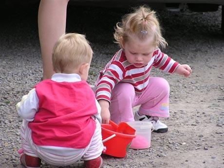 A tu máme inú dvojicu dievčat. Zatiaľ sa hrajú na brehu s lopatkami a kýblikom, ale časom budú držať v rukách pádla a sedieť v lodi, aspoň si myslím, že majú na to všetky predpoklady...
