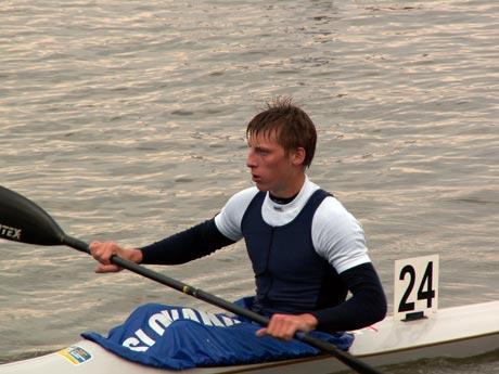 Napriek horšiemu umiestneniu na Dunajskom maratóne pred týždňom (nevidel som priebeh pretekov, ale aj tak 16.miesto ma prekvapilo) víťaz kategórie K1 ml.dci Jakubík Gabriel potvrdil svoje suverénne postavenie medzi rovesníkmi. Dosiahnutý čas 22,31 by mu zabezpečil slušné umiestnenie aj v kategórii st.dorastencov. Spolu so svojim parťákom v K2 Zoltánom Tóthom vyhrali aj na druhý deň a bude zaujímavé sledovať súboj šamorínskej dvojice talentov s komárňanskou a čiastočne aj nováckou presilou.
