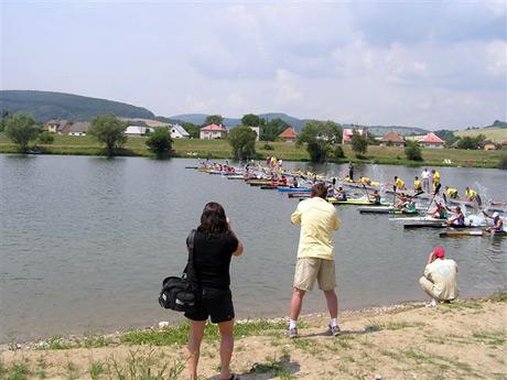 Odštartované ! Fotoaparáty aj kamery pracujú o stošesť a maratónci K1 muži vyrážajú v ústrety 36km, čaká ich vyše 2,5 hodiny tvrdej driny ! Veľmi slušné štarovné pole 23 pretekárov, viaceré zvučné mená, napr. maďarský reprezentant Jámbor Attila (2.miesto na ME 2005) alebo Holanďan Edwin de Nijs (5.miesto ME aj MS 2005). Samozrejme nechýbali ani domáci pretekári, slovenské želiezka v ohni, Marián Lachkovič a Filip Petrla, ktorí ako sa neskôr ukázalo, dosiahli na domácej vode veľmi slušný výsledok.