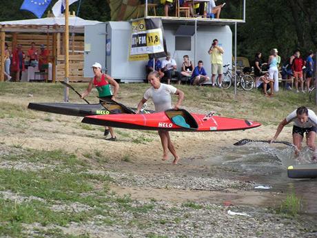 Mierne zaváhanie pred poslednou prenáškou a samotný prebeh rozhodol o poradí na prvých troch miestach v K1 ženy, kde prvenstvo vo finiši získala Renáta Csay (č.85) pred svojou kolegyňou Vivien Folláth (č.89) a bronz zostal pre Judit Kollár, ktorá sa ešte len chystá vytiahnuť loď z vody.