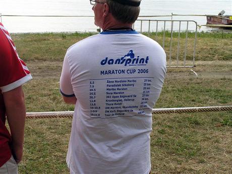 Špeciálne foto pre záujemcov o maratóny v Dánsku, kde z trička jedného z trénerov sa dá pozrieť pomaly celá pretekárska sezóna u nich. Zaujímavé, ako ďaleko sú na tom, keď tam dokážu organizovať toľko pretekov v maratóne, aj v tom vidím celkovú vyspelosť krajiny... Rád by som vidieť niekedy taký poriadny masový maratónsky pretek aj u nás. Inak ak máte 10-11.9 voľno, tak Tour de Gudéna 120 km, to znie lákavo?